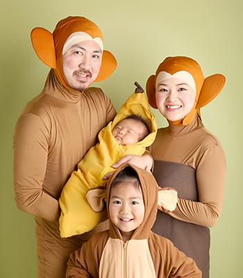 年賀状用のお猿さんの着ぐるみでの家族写真