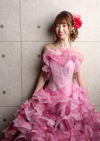 コンクリート背景のドレス