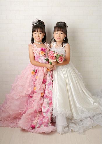 レンガ背景のドレス